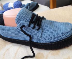 Sapato de Crochê Azul com Preto